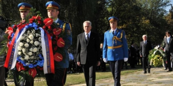 nikolic lays wreath in honour of ww2 victims