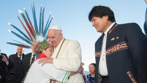 Pope Francis, standing alongside President Evo Morales (R), is welcomed in La Paz, Bolivia, July 8, 2015. | Photo: ABI