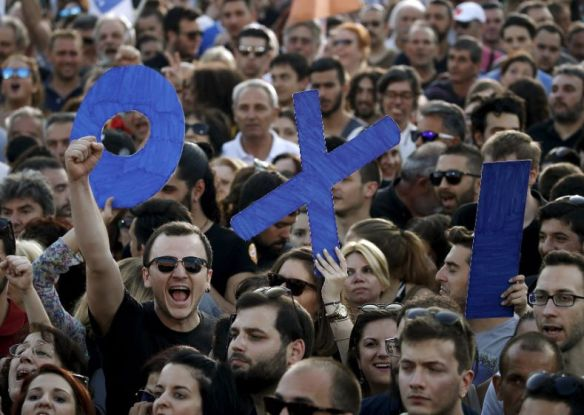 Demonstrators hold up letters spelling the word 'No' in Greek during an anti-austerity rally in Syntagma Square in Athens, July 3, 2015. Photo:Reuters