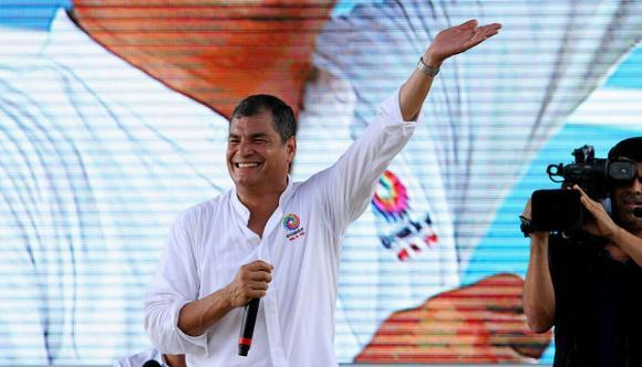 President Rafael Correa waves at citizens that gathered in Puerto López, on July 11, during weekly report. Photo: César Muñoz/Andes