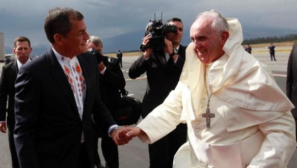 Ecuador's President Rafael Correa (L) greets Pope Francis as he arrives in a windy Ecuador, July 5, 2015. | Photo: Presidencia Ecuador