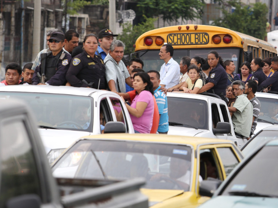 Communters find alternate transit during public transportation shutdown forced by gangs. | Photo: AFP