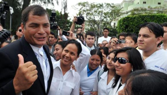 correa with cuban doctors in ecuador