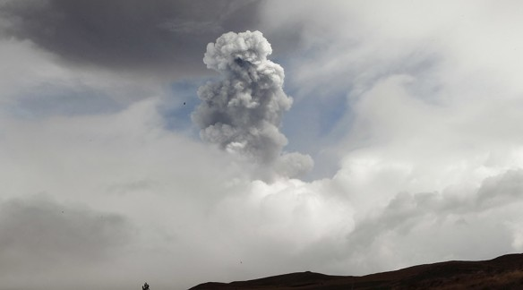The Cotopaxi volcano spews ash and smoke in Machachi, Ecuador, August 14, 2015. © Guillermo Granja / Reuters