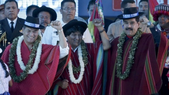 Bolivian President Evo Morales (C) gestures with the presidents of Ecuador and Venezuela during a closing ceremony of the climate change conference in Bolivia, Oct. 12, 2015. | Photo: Reuters/David Mercado