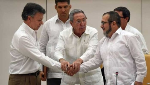 Cuban President Raul Castro (C) oversees the handshake between Colombian President Juan Manuel Santos (L) and FARC leader Timoleon Jimenez, Sept. 2015. | Photo: Archive