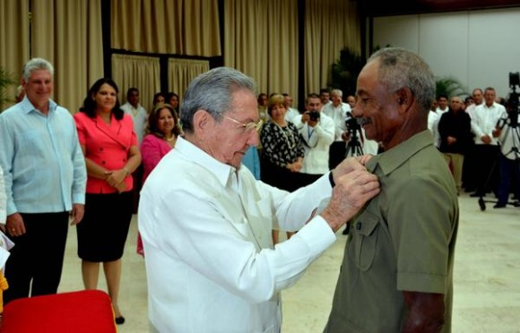 Cuba honours Juan Santiesteban May 2016.jpg