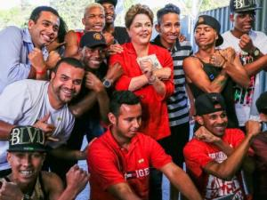 dilma with young afro brazilians