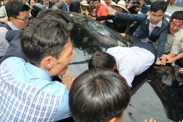south korean pm pelted with eggs 2.jpg