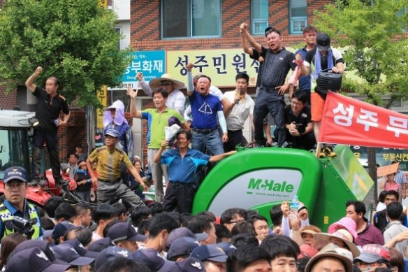 south korean pm pelted with eggs 3.jpg