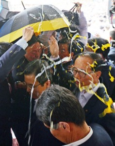 south korean pm pelted with eggs 4.jpg