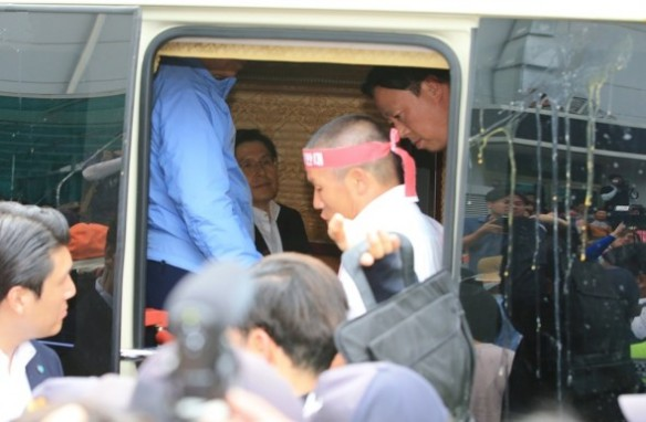 south korean pm pelted with eggs 5.jpg