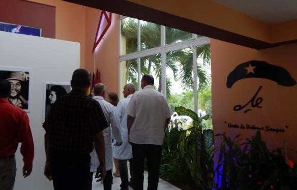 cuban doctors hail che.jpg